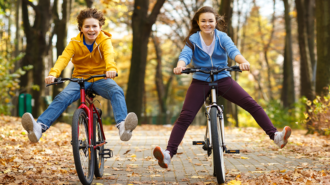 bambini felici in bicicletta